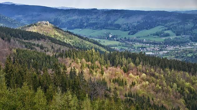 Nad Ludvíkovem se tyčí Zámecká a Vysoká hora. Obě jsou místem úžasných vyhlídek.