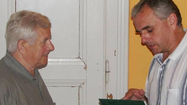 Oskar Bembenek (vlevo) přebírá ocenění za celoživotní přínos fotbalu - cenu Dr. Václava Jíry - od předsedy OFS Karviná Jiřího Lincera.