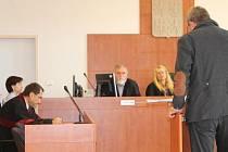 Obžalovaný znalec Petr H. (zády), uprostřed soudkyně Vladimíra Kikerlová, vlevo státní zástupce Miroslav Kotrla.