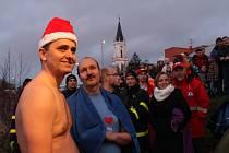 V Bruntále se na Boží hod vánoční uskutečnil desátý ročník Bruntálského krystalku, přehlídky otužileckého plavání.