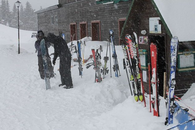 Prázdninové volno využili tento týden k zimním sportům na Ovčárně především lidé z bruntálského regionu. Nyní na hory míří lidé z Opavy a Olomouce.