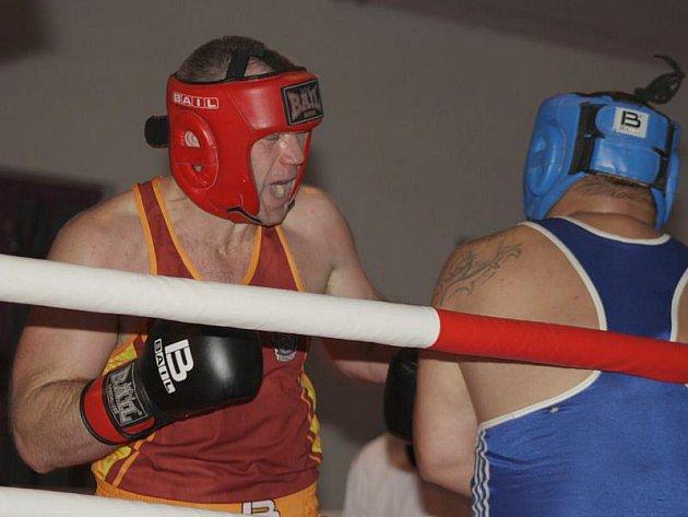 Takovou akci už Krnov dlouho nezažil. V Paláci Silesia se v sobotu večer představili boxeři a thaiboxeři na galavečeru bojovníků. A diváci, kteří zcela zaplnili celý sál, si opravdu přišli na své. Na snímku Stanislav Bártek (v červeném)