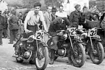 Jesenická soutěž v motocyklech s časovou kontrolou v Bruntále. S číslem 24 tlačí motorku ke startu Petr Beck z Bruntálu.