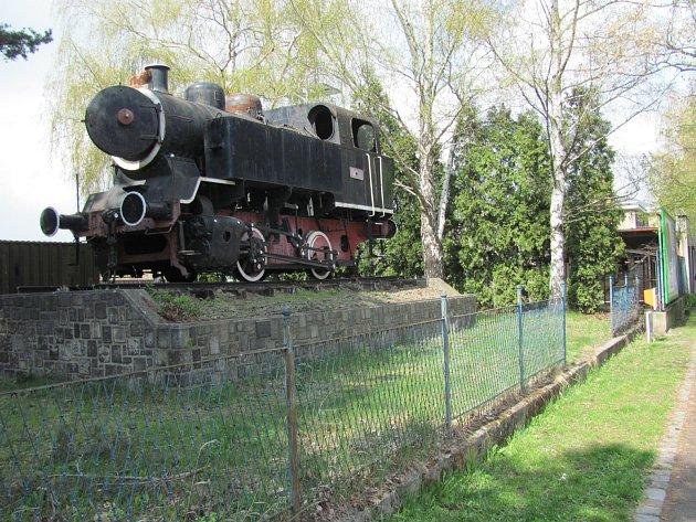 LOKOMOTIVU BUFAN železničáři slavnostně darovali městu. Před krnovským nádražím stála 43let. Pak se ukázalo, že vlastnické vztahy jsou nejasné. Bufan byl převezen do Kněževsi.  Vrátí se zpátky do Krnova?