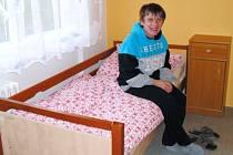 Stěhování do nového domova na Slunečnou ulici v Osoblaze má za sebou dvanáct klientů Harmonie v Krnově. S podporou asistentů si začínají zvykat na samostatné bydlení.