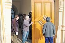 Zámecké dveře v Linhartovech vandalové zničili 18. ledna. Bylo nutné vyrobit úplně nové vrata, které jsou od středy zase usazené na svém místě.
