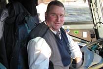 """Miroslav Bukur. Řidič """"pan Mirek"""", jak mu přezdívá většina cestujících, nemá přední sedadla skoro nikdy volná. Rádi se s ním baví dospělí, ale i děti, které mu mohou vykládat o svém dni ve škole."""