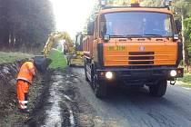 Součástí prací na silničních komunikacích na Rýmařovsku je oprava a hloubení příkopů i za pomoci těžké techniky.