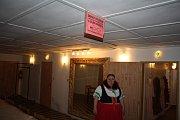 DIVADLO JINAK se jmenovala akce, při které se návštěvníci také podívali do zákulisí krnovského divadla. Průvodce jim dělali herci Lidového divadla Krnov ve svých kostýmech.