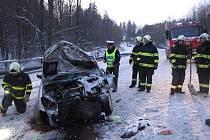 Na sněhem pokryté silnici ve čtvrtek 2. listopadu řidiči poničili při střetu automobily za tři sta tisíc korun.