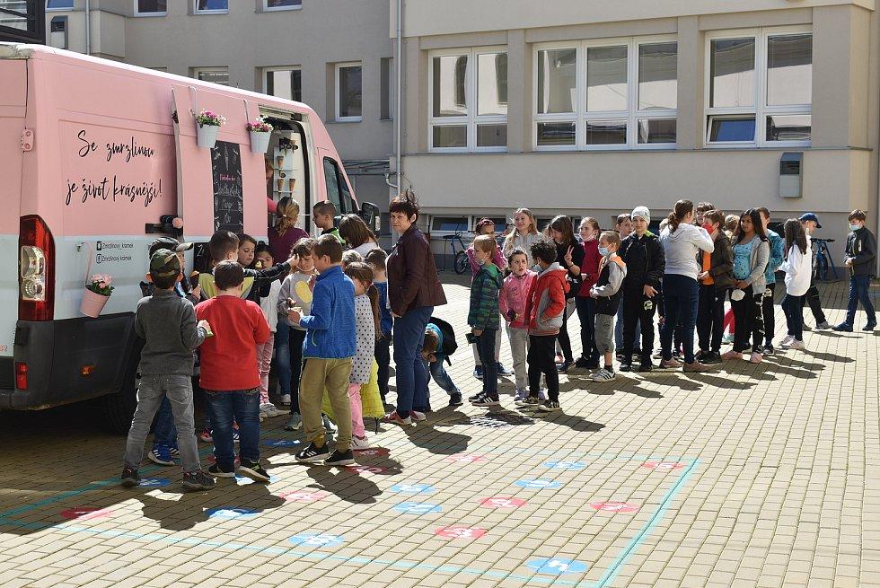 Jedna zmrzlinářská dodávka zůstává v Lichnově, druhá vyráží za dětmi do okolí. Krnovští školáci v pondělí 31. května stáli frontu na  legendární točenou zmrzlinu Tess Gemelové.