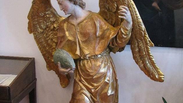 Sochu archanděla Gabriela mohou lidé zatím spatřit v muzeu v budově Městského úřadu v Andělské Hoře. V budoucnu by se ale měla dostat na místo, kam patří, do kostela na Anenském vrchu.