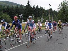 Silniční cyklisté na trati dvacátého ročníku Železného Draka.