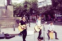 Donaha na Václavském náměstí. Skupina si zahrála v květnu v Praze na podporu provozování umělecké produkce na ulici.