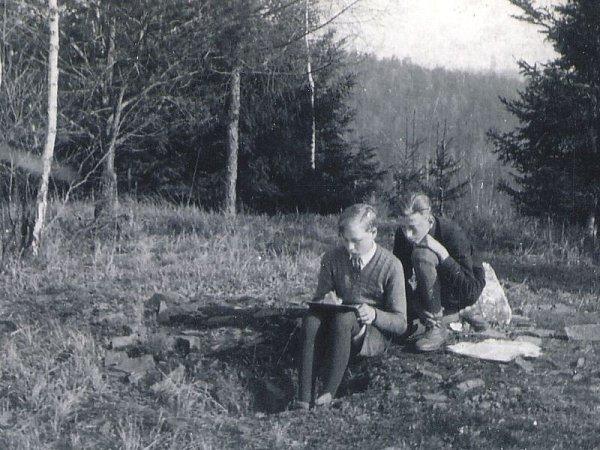Erwin Schinzl jako dvanáctiletý kreslí na Šelenburku lesníka, kterého znal a rád si sním vyprávěl. Za ním nahlíží jeho kamarád. Schinzl se vlesích cítil tak dobře, že se nejprve chtěl stát lesníkem.