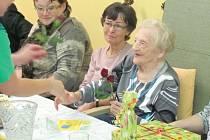 Nejstarší obyvatelka Krnova je Marie Ticháčková. Minulý týden jí popřála starostka Krnova i zaměstnanci domova v Rooseveltově ulici ke stodruhým narozeninám. Navzdory požehnanému věku je paní Ticháčková čilá a zajímá se o dění kolem sebe.