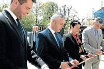 Jakub Adamík, náměstek hejtmana Jan Krkoška, starostka Krnova Jana Koukolová Petrová a hejtman Ivo Vondrák při oficiálním otevření sociální dílny.