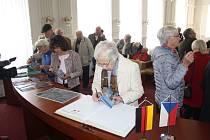 Němečtí rodáci se každoročně vrací do Krnova už 25 let. Našli zde přátele i partnery. Podíleli se na opravách památek, na společných projektech z oblasti kultury, vzdělávání, sportu i historie.