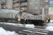 Řidič přišel očást nákladu lisovaného papíru, jenž se při převrácení vozu vysypal po okolí.