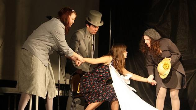 Červiven tvoří talentovaní studenti, kteří jsou většinou nejen herci, ale také muzikanti. Nová hra Zloději času spojila do jednoho celku herectví, hudbu, světelnou show a rytmickou recitaci. Premiéra se odehrála minulou středu v krnovském klubu Kofola.