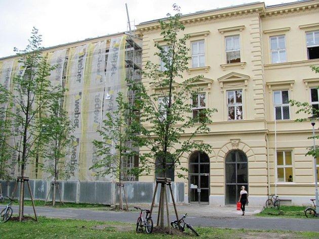 Někteří radní a zastupitelé Krnova zvažovali přemalování nově natřené fasády na Základní škole na Smetanově okruhu v Krnově. Památkáři řekli, že má být jednobarevná, a úředníci zase chtěli vícebarevnou fasádu.