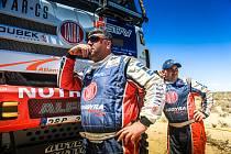 Zadumaný Martin Kolomý u svého kamionového speciálu Phoenix. V pozadí za ním stojí stájový mechanik Jiří Stross.