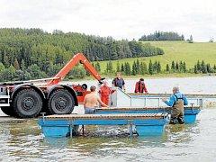 Vodní záchranáři za pomoci hasičů odvezli molo ze Slezské Harty k zazimování do Bruntálu.
