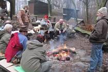 Zimní táboření v Úvalně na Strážišti se letos konalo již podesáté. Komu připadalo, že je venku zima a lezavo, mohl posedět ve zdejší restauraci nebo si u táboráku opéct buřta.