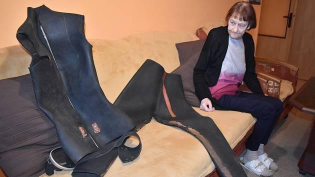 Alena Konečná ze Svobodných Heřmanic se v šestnácti letech přihlásila do potápěčského klubu. Dodnes opatruje neopren, který si vlastnoručně ušila.