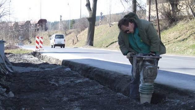 Výstavba desítek metrů chodníku na rizikovém úseku silnice.