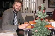 Rýmařovský místostarosta Jaroslav Kala zůstal ve své kanceláři i pro následující čtyřleté volební období. V době předvánoční kancelář vyzdobil stromečkem.