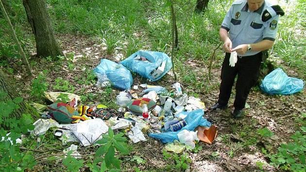 Černá skládka. Hromadu odpadků vyvezenou do lesíka u lomu v Bruntále objevil městský strážník Juraj Móric.