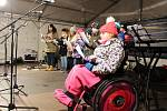 Na náměstí Míru v Bruntále se sešli lidé, aby si společně s dětmi na pódiu i pod ním zazpívali koledy.