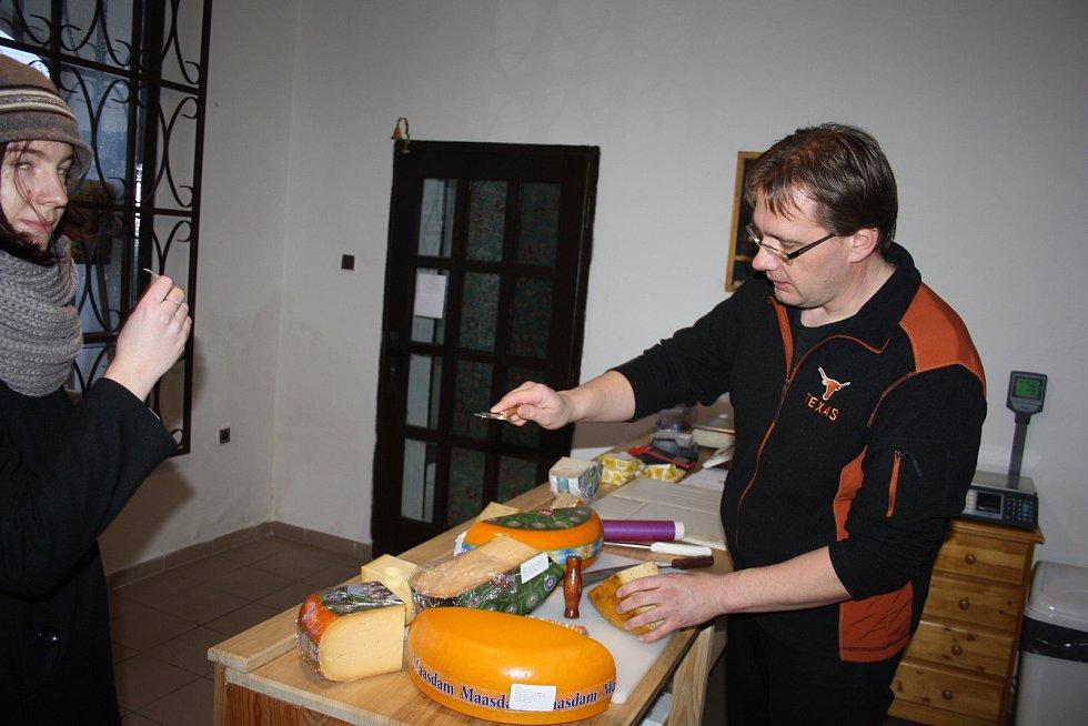 Holanďan Frans Lemstra je doma v Dětřichově nad Bystřicí. Otevřel tam obchůdek s holandskými sýry. Má otevřeno jeden den v týdnu a můžete u něj platit jen hotově.