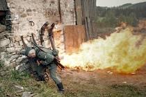 Protože ve filmu bude řada požárů a pyrotechnických efektů, dostali se filmaři do podezření, že ve Vojtíškově u Hanušovic zapálili stodolu.
