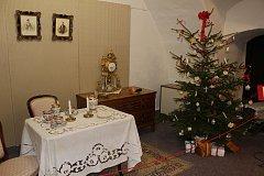 Letošní vánoční výstava na zámku v Bruntále je věnována vánočním zvykům a tradicím, nese název Kouzlo Vánoc aneb vánoční čarování. Návštěvníky seznámí historií tradičních vánočních symbolů.