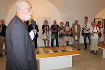 Jindřich Štreit hovoří k návštěvníkům vernisáže výstavy Ticho kresby.