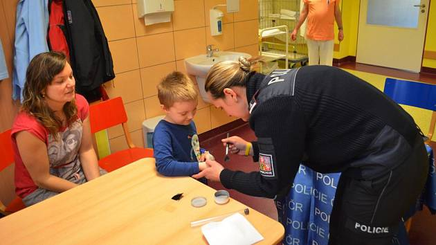 Čtení Policejních pohádek v krnovské nemocnici doplnila ukázka jak kriminalisté snímají otisky prstů.