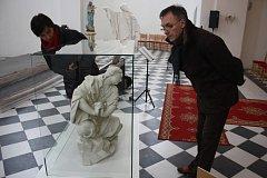 Barokní plastiku Máří Magdalény si o víkendu přijel do Slezských Rudoltic prohlédnout také krnovský výtvarník a pedagog Ladislav Steininger. Foto: