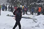 Běžkaři vyrazili na Skřítek, ale výborné sněhové podmínky najdete všude. Únor 2021.