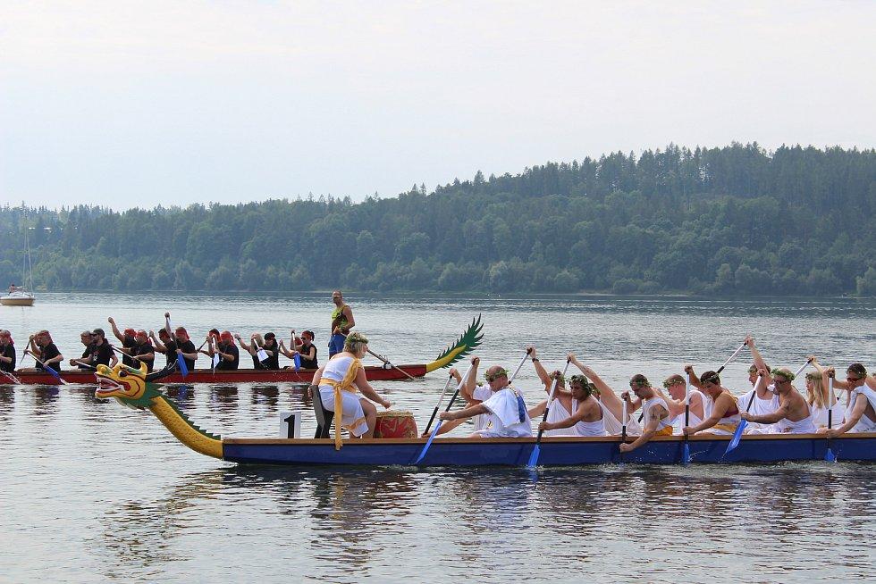 Závody dračích lodí na Slezské Hartě.