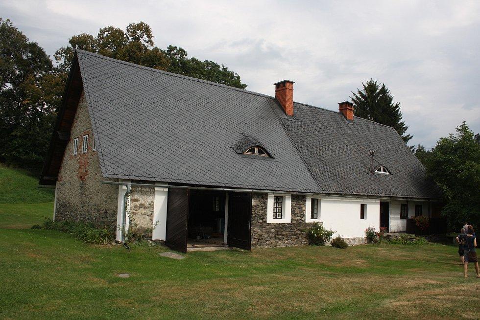 Skutečným pokladem Holčovic jsou zachovalé prvky lidové architektury a citliví majitelé, kteří pečují o toto kulturní dědictví.