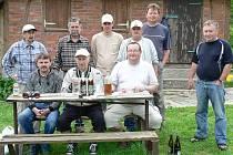 Společná fotka třídy musí být dokladem každého školního výletu. Vyfotit se nezapomněli ani žáci hospůdky U Dřevasu. Zcela vprostřed sedí třídní učitel Bohuslav Rašťák.