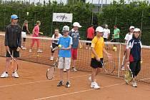 Trénink. Pod dohledem českých a polských trenérů cvičily děti na Mezinárodním tenisovém kempu ve Vrbně pod Pradědem.