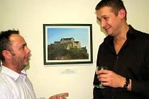 Steven Kilcoyne (vlevo) s Bohdanem Kubíčkem na vernisáži