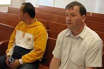 Špinavé peníze z krádeže či loupeže prohnali bruntálskými automaty Pavel Macháček a Martin Finger (zleva), aby získali bankovky čisté.
