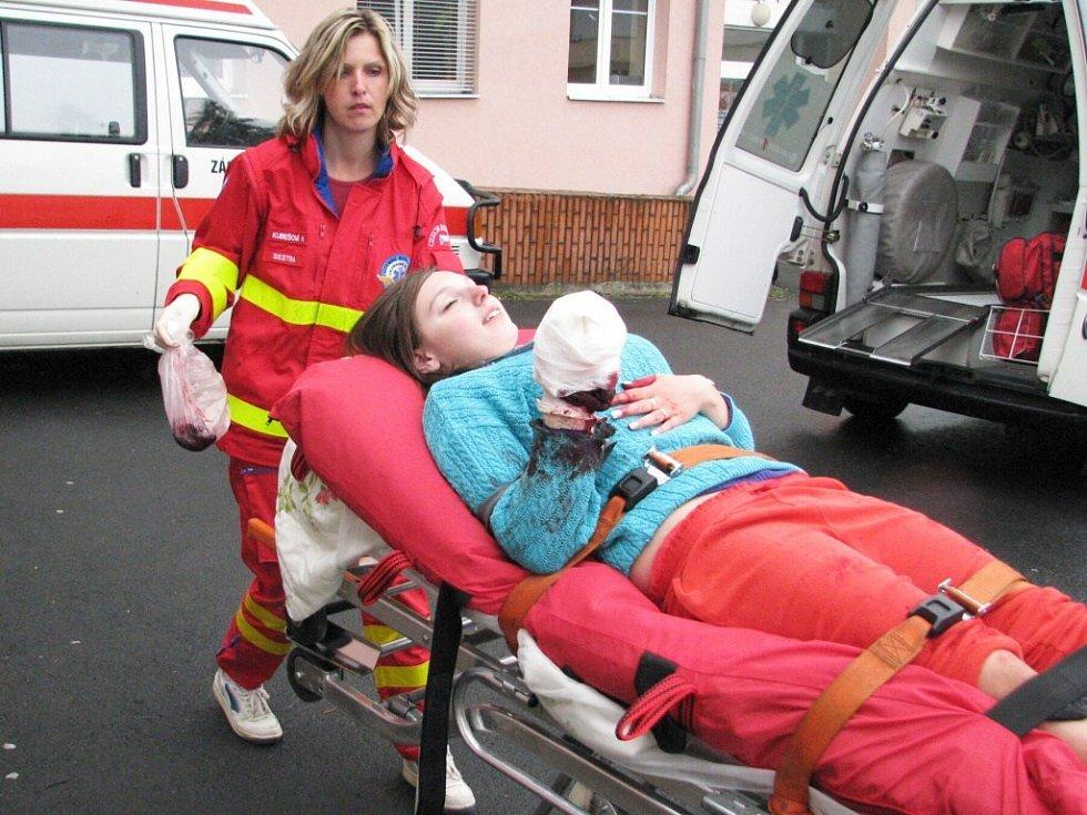 Obří cvičení, které simulovalo větrnou smršť a havárii autobusu, částečně ochromilo dopravu v Krnově.