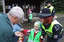 Děti z mateřské školy ve Starém Městě popřály pod dohledem policejní mluvčí Pavly Tuškové řidičům dodržujícím pravidla krásný den.