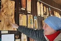 Helena a Vítězslav Vaculíkovi z Malé Morávky učí děti vyřezávat anděly, kterými obdarovávají světové osobnosti, které se jakkoliv zasloužily o mír.