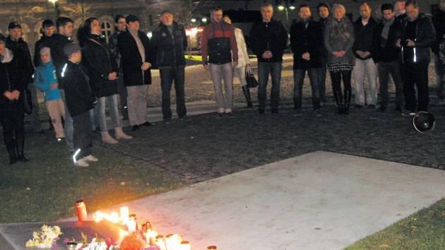 Události 17. listopadu si Krnované každoročně připomínají u památníku ve Smetanových sadech. Letošní pietní akt byl specifický tím, že při něm zazněla nejen česká, ale i francouzská hymna.